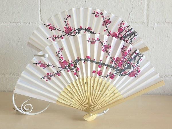 Detalle abanico madera bambú y tela flores