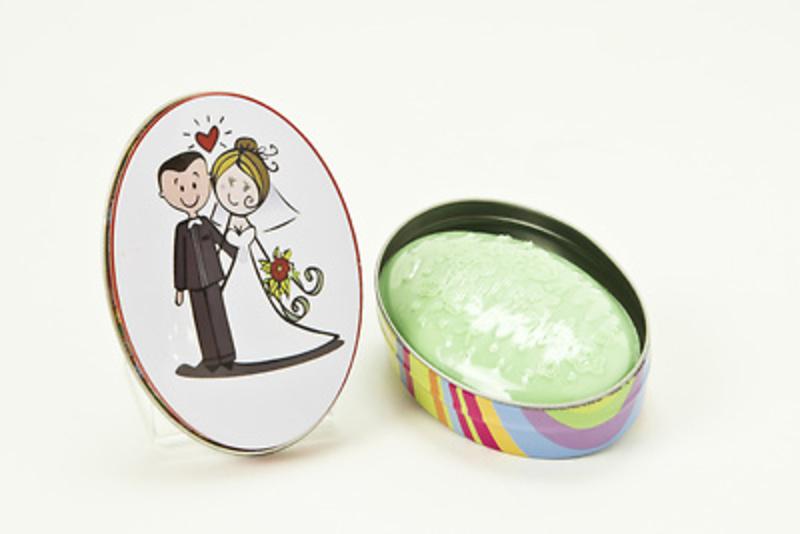 Detalle de boda jabón lata novios.