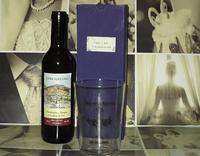 Botella de sidra con vaso grabado y caja