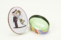 Detalle de boda jabón lata novios